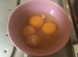 始発で久しぶりに家に帰って卵を割っていたら双子ちゃん出てき…