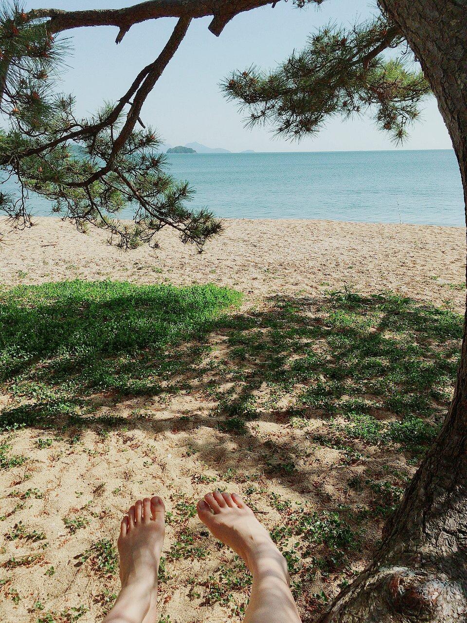 朝起きてすぐ目の前の海に散歩。今日ゎ風も無く波の音だけ。な…