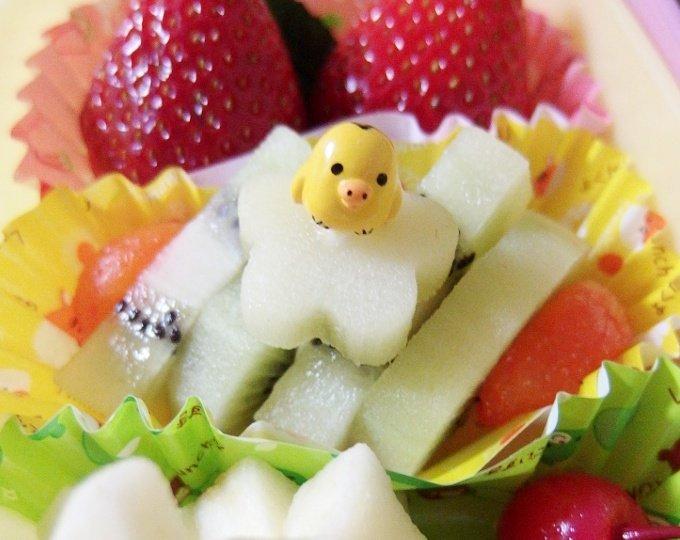 みなさん、こんばんわぁです♪お弁当とは別に他の容器に果物を入…