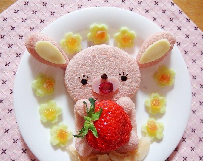 みなさん、こんばんわぁ♪大きな苺を食べようとしているりピンク…