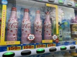 歩いてて、パッと自販機見たら桜柄のコーラが並んでました!!…