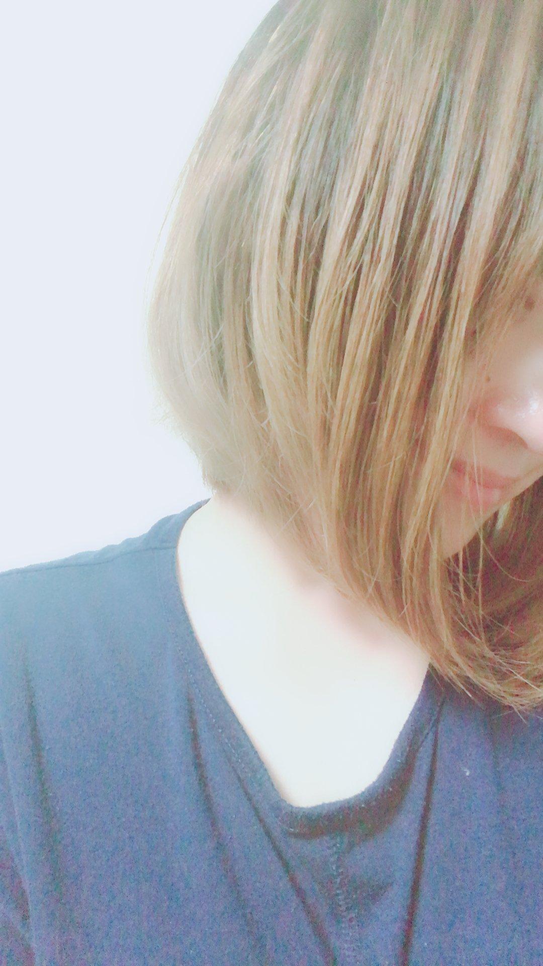 今は髪明るめ、、いったん色抜いています(^-^)金曜に髪色暗くし…