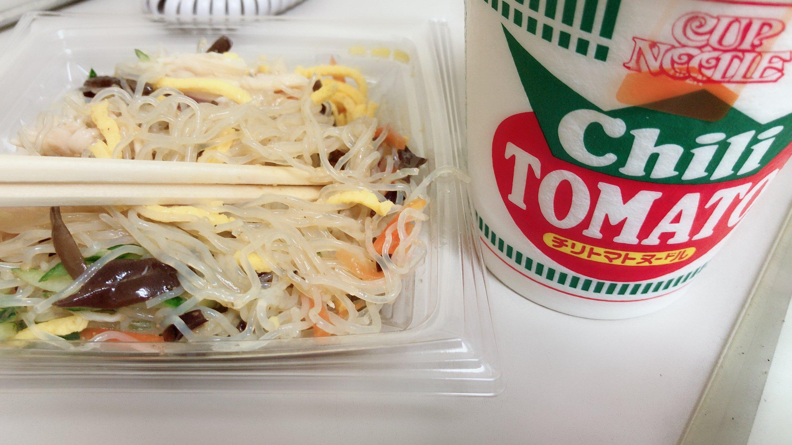 お昼ごはんは春雨サラダとチリトマトヌードル(^∇^)カップ麺…