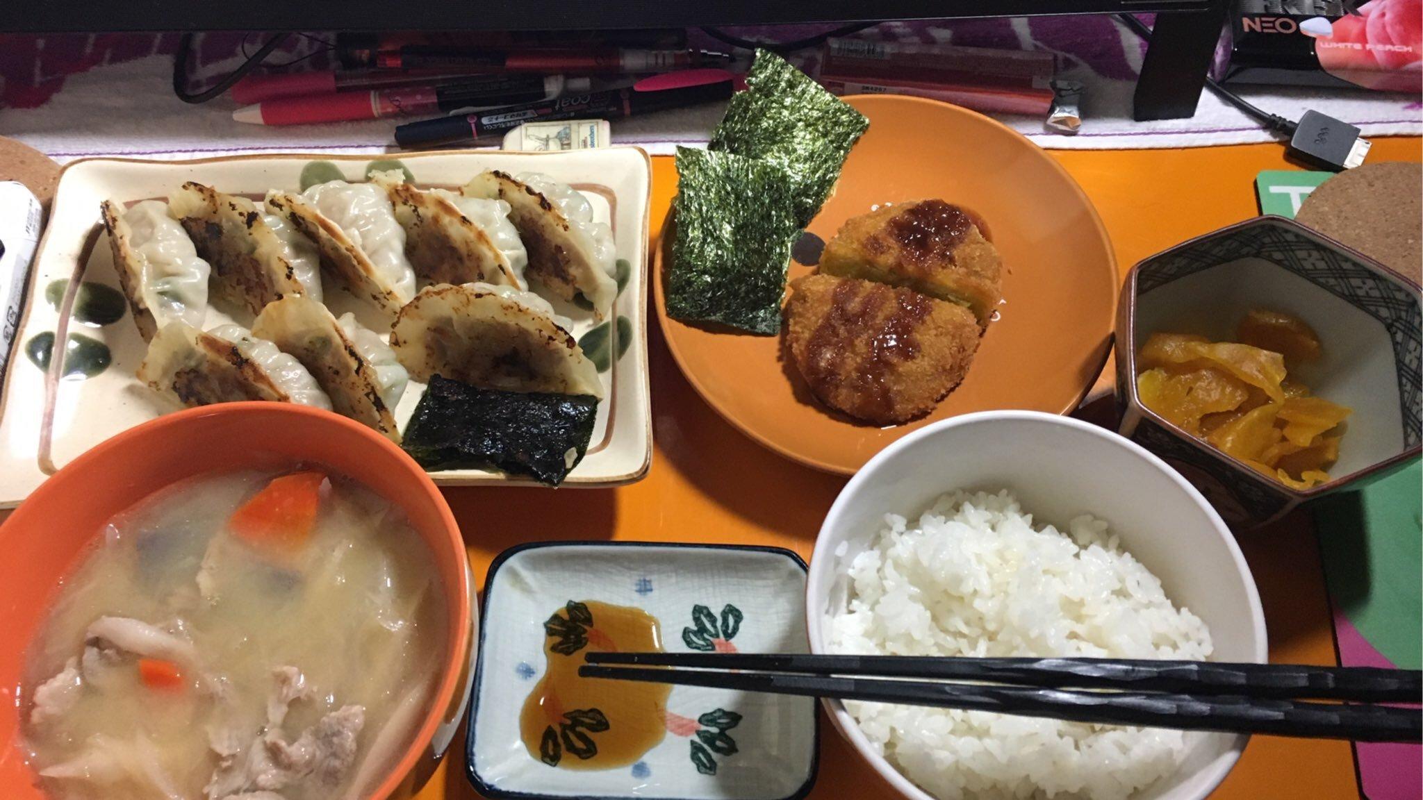 こんばんは!今日の晩御飯(p`・ω・´q)豚汁、餃子、スーパーの牛肉…