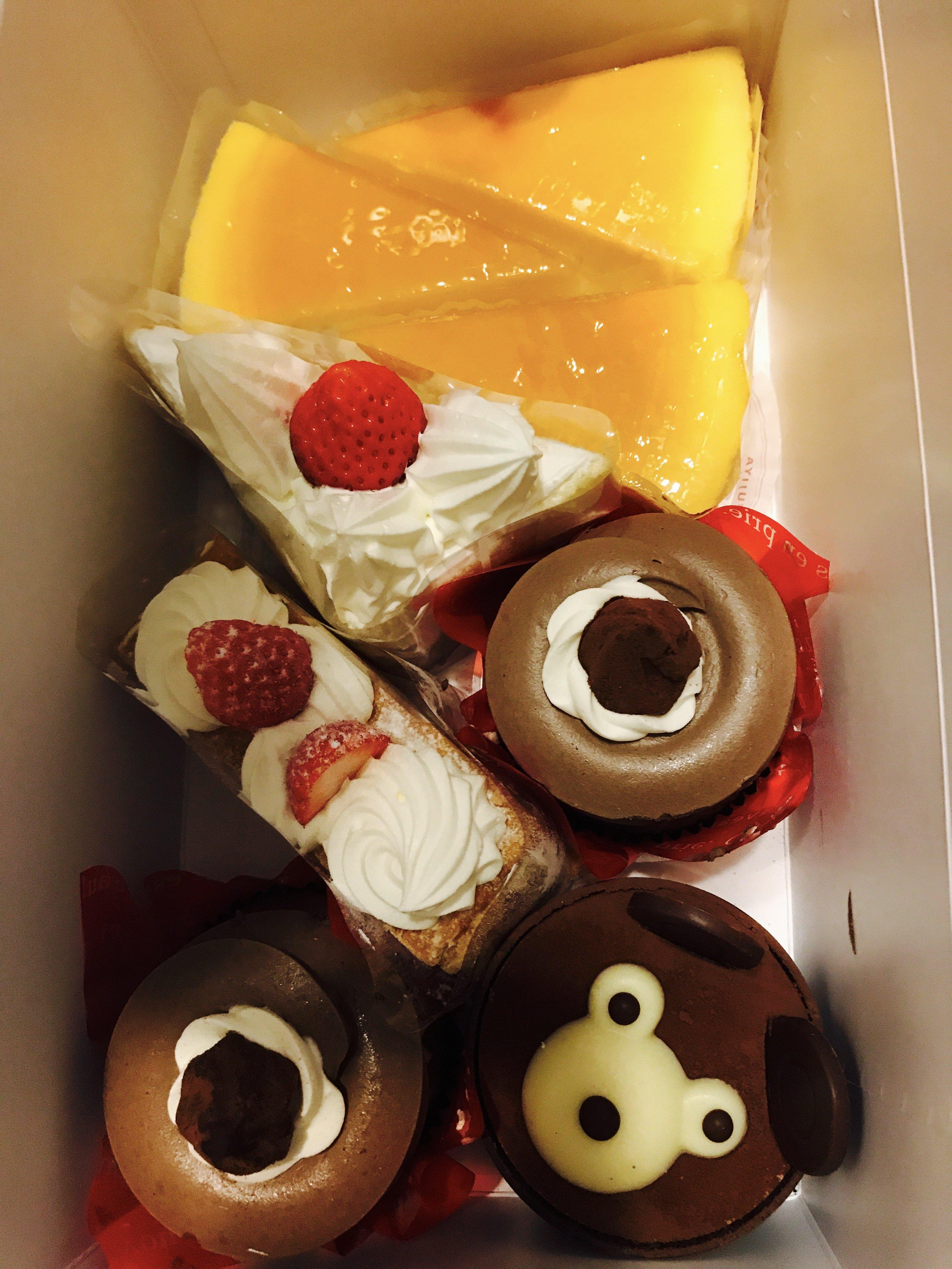 なんの日でもないのにお客様からケーキをいただきました♡