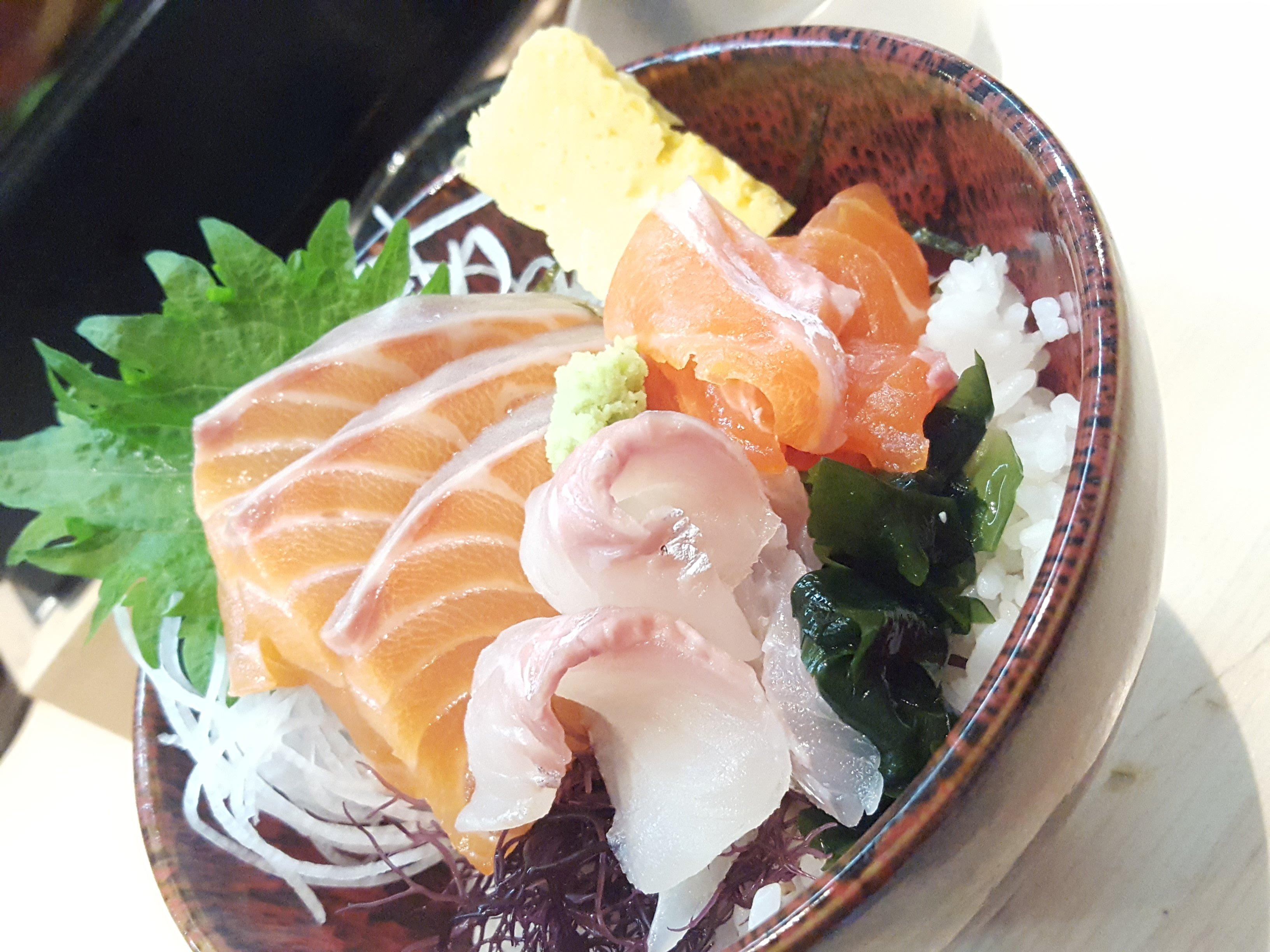 原宿のサーモン丼美味しかったなー♥熊だっていうお店。ま…