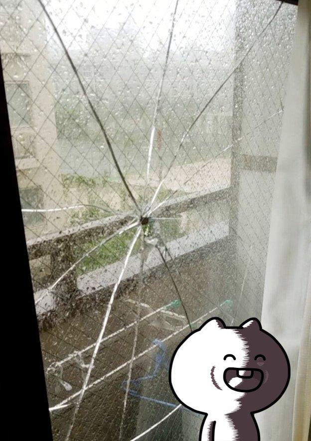 えっ!えぐいねんけどwww台風窓ガラス高いねんで!!停電してる…