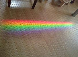 おばあちゃんのおうちで金魚の水槽に光が当たって床に虹が出来…