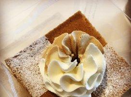 今日もお菓子教室。CUBE CIFFON CAKEです。生地もクリームもカ…