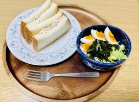 今日の朝ごはん!ツナサンド、ゆで卵と海藻とキャベツとレタス…