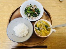 今日の朝ごはん!白米、昨日のスープ、豚肉と春菊とほうれん草…