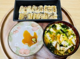 今日の朝ごはん!うなぎの白焼き、ピリ辛スープにお豆腐を足し…