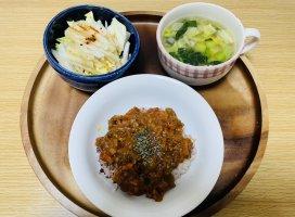 今日の朝ごはん!キーマカレー、ベーコンと白菜と小松菜と玉ね…